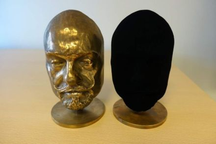 Two identical bronze casts, one painted with Vantablack (image: Surrey NanoSystems)